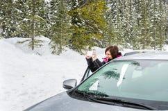 Frauen-Tourist, der Bildern während Schneefälle nimmt Stockbilder
