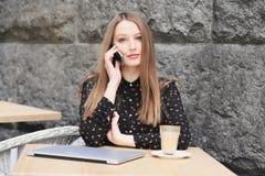 Frauen trägt schwarzes Hemd im Café lizenzfreie stockfotografie
