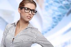 Frauen-tragende Gläser im Büro stockbild