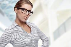 Frauen-tragende Gläser im Büro stockfotografie