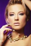 Frauen-tragende Halskette Stockfotografie