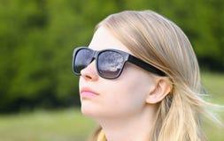 Frauen-tragende Sonnenbrille mit der Himmelspiegelung Stockbilder
