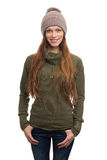 Frauen-tragender Vlies-Mantel und Knithut stockbilder