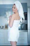 Frauen-tragendes Bad-Tuch, das über Schulter schaut Lizenzfreies Stockfoto