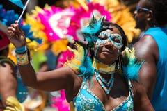 Frauen-tragendes Kostüm nimmt an der Parade teil, die karibische Kultur feiert stockfotos