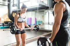 Frauen-Training mit Barbell in der Turnhalle stockbilder