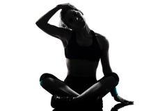 Frauen-Trainingseignung, die Kopf ausdehnend sitzt Stockbilder