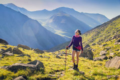 Frauen-Trekking in den Bergen Lizenzfreie Stockfotos