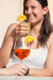 Frauen-Trinken stockfoto