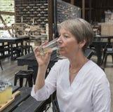 Frauen-trinkender Apfelwein lizenzfreie stockbilder