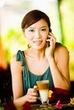 Frauen-trinkender Kaffee stockfotografie