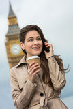 Frauen-trinkender Kaffee unter Verwendung des Handys, Big Ben, London, England Lizenzfreies Stockbild