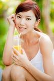 Frauen-trinkender Saft lizenzfreies stockbild
