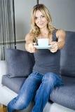 Frauen-trinkender Tee Lizenzfreie Stockbilder