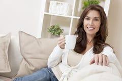 Frauen-trinkender Tee oder Kaffee zu Hause Stockfoto