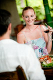 Frauen-trinkender Wein stockbild