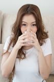 Frauen-Trinkmilch Lizenzfreie Stockfotos