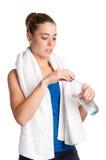 Frauen-Trinkwasser stockfotos