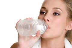 Frauen-Trinkwasser Lizenzfreie Stockfotografie