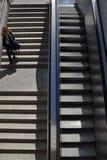 Frauen-U-Bahnschritte Lizenzfreies Stockfoto