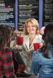 Frauen-Umhüllungs-Getränke Lizenzfreie Stockfotos