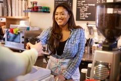 Frauen-Umhüllungs-Kunde in Kaffee Shopï-¿ ½ stockbilder