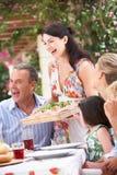 Frauen-Umhüllung an der multi Erzeugungs-Familien-Mahlzeit Stockbilder