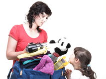 Frauen- und Tochterhand voll voll gestopft von der Kleidung und von der Umhängetasche Stockfoto