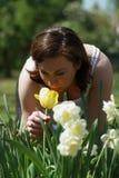 Frauen und eine Tulpe lizenzfreie stockfotos