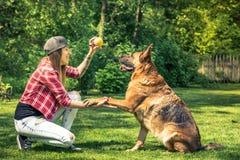 Frauen- und Hundefreundschaft, Eigentümer und Haustier Lizenzfreie Stockfotos