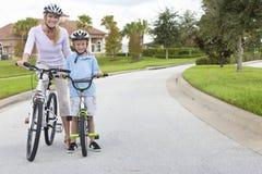 Frauen-und Jungen-Kind, Mutter u. Sohn-Radfahren Stockfoto