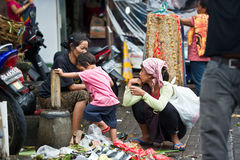 Frauen und Kind in verunreinigtem Markt in Bali, Indonesien Stockfoto