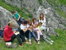 Frauen und Kinder auf picnick im Berg stockbilder