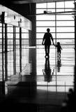 Frauen- und Kindgehen Stockfotos