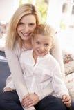 Frauen- und Kindhaltung im Studio lizenzfreies stockfoto
