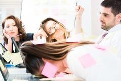 Frauen und Männer im Büro, das müde und frustriert ist lizenzfreies stockbild