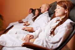 Frauen und Männer im Entspannungraum Stockbild