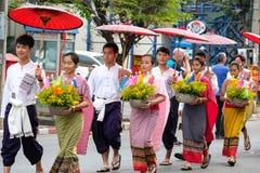 Frauen und Männer im Festival der einjährigen Blume führen in Chiang Ma vor Lizenzfreie Stockbilder