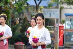 Frauen und Männer im Festival der einjährigen Blume führen in Chiang Ma vor Stockfotos