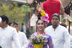 Frauen und Männer im Festival der einjährigen Blume führen in Chiang Ma vor Stockfoto