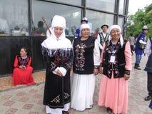 Frauen und Männer im Kyrgyz Nationalkostüm Lizenzfreie Stockbilder