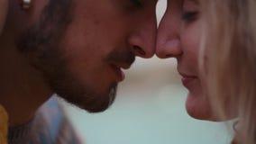 Frauen-und Mann Abschluss herauf Gesichter Sie umarmen, küssen und lieben sich Mischrasse stock video