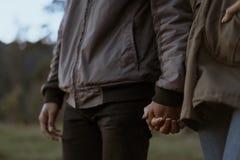 Frauen- und Mannhandzusammenhalten stockfotografie