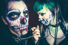 Frauen- und Mannstudio furchtsamen Cyber Halloweens skeleton lizenzfreie stockbilder