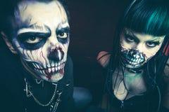 Frauen- und Mannstudio furchtsamen Cyber Halloweens skeleton stockfotos