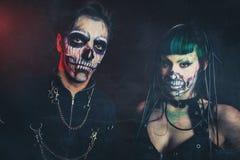 Frauen- und Mannstudio furchtsamen Cyber Halloweens skeleton stockbilder