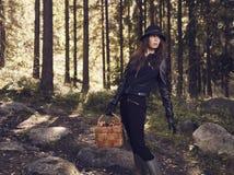 Frauen- und Pilzkorb Lizenzfreie Stockbilder