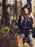 Frauen- und Pilzkorb Stockfoto