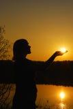 Frauen und Sonnenuntergang stockbild
