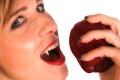 Frauen-Vampir, der Apfel isst Stockbilder